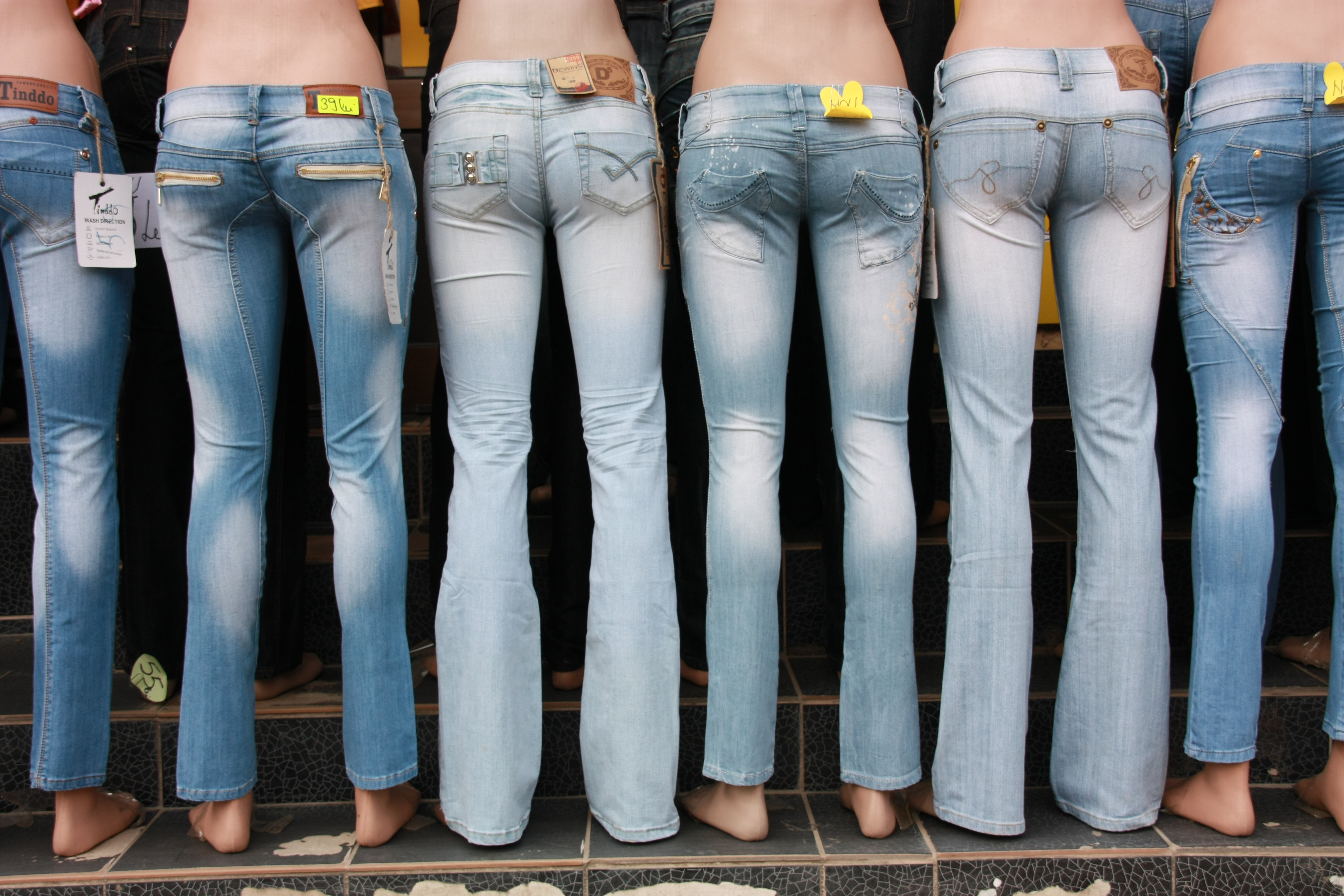 Mannequin_with_jeans